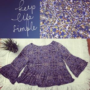 Free People crop style, flowy bell sleeve 💙 top